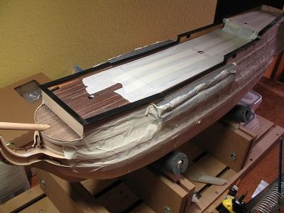Die Schanzkleider werden fertiggestellt, die letzten Arbeiten am Rumpf vor dem Anbringen der Kupferplatten.